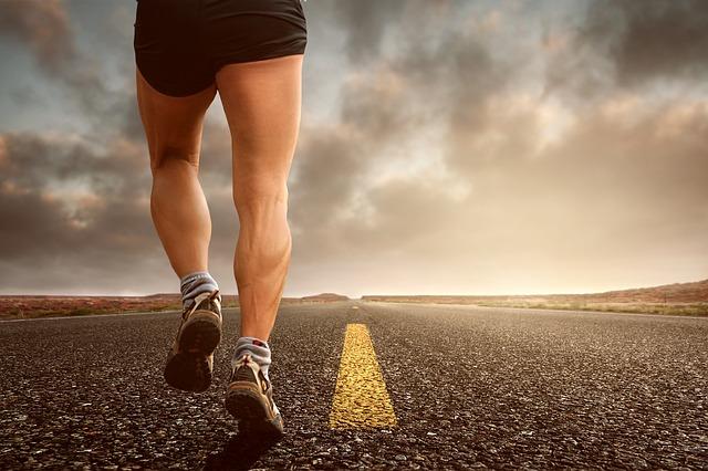 ランニング・ジョギング初心者、または中級者で膝に痛みがある人がクッション性のある靴選びに迷ったときのオススメの1足はこれ!